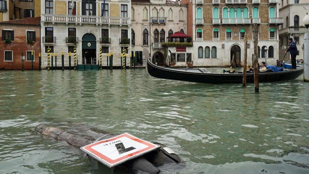 Vista de una señal derribada debido a las fuertes lluvias en Venecia