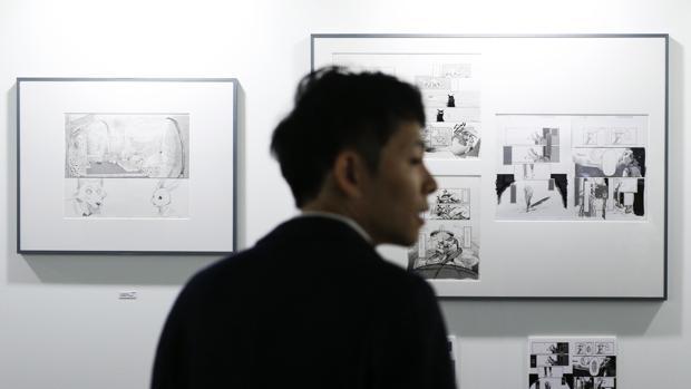 El comisario de la muestra, Kôto Toda, frente a originales de Paru Itagaki