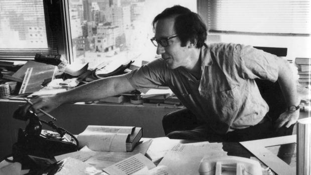 El editor Robert Gottlieb, fotografiado en su despacho de Knopf en Nueva York, en 1974