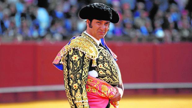 Morante de la Puebla, el 15 de abril de 2016 en la Maestranza, con el terno que donó a la Hermandad del Baratillo