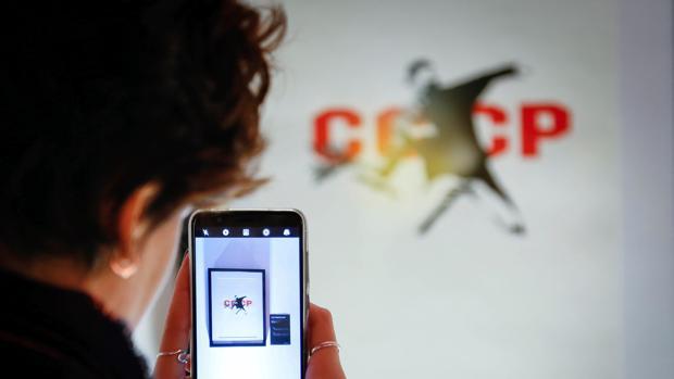 Una visitante hace una foto a una de las obras de Banksy que se exponen en Strokar Inside, en Bruselas