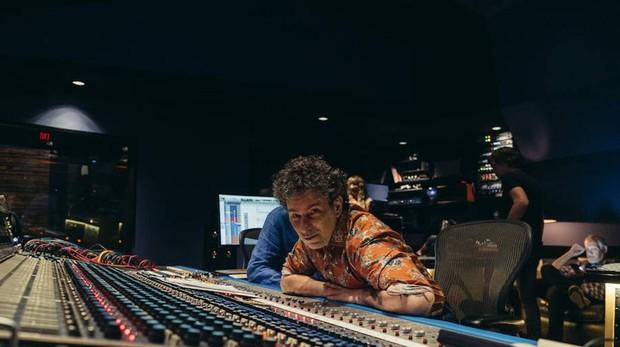 Calamaro en el estudio de Los Ángeles donde ha grabado su nuevo álbum, «Cargar la suerte»