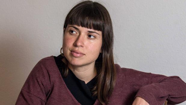 Ana Penyas es diplomada en Diseño Industrial y graduada en Bellas Artes en la Universidad Politécnica de Valencia. «Estamos todas bien» es su primera novela gráfica