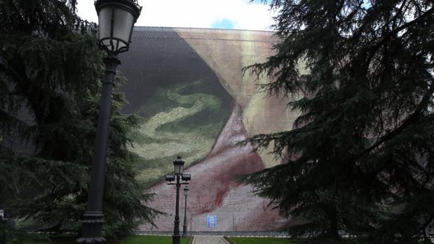 Primera de las 15 lonas que se van a desplegar en la fachada del edificio de Villanueva, sede del Prado