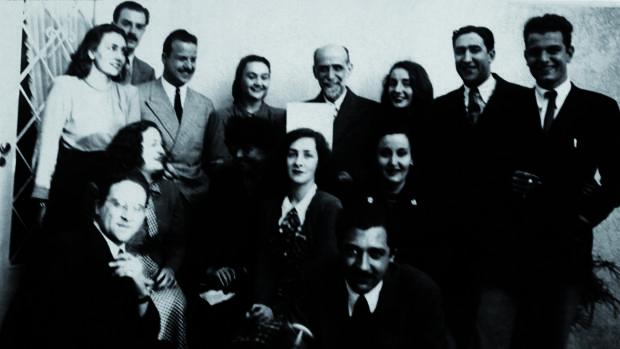 Juan Ramón Jiménez con algunos miembros de la Generación del 45. Ida Vitale, sentada delante del poeta, en el centro; en el extremo derecho, su primer marido y padre de sus dos hijos, Ángel Ramar