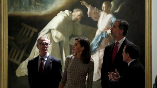 Los Reyes, acompañados por el ministro de Cultura, José Guirao, y el comisario de la muestra, Javier Portús, ante el cuadro «La visión de San Pedro Nolasco», de Francisco de Zurbarán