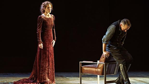 Beatriz Argüello y Rafa Castejón, en una escena de la obra