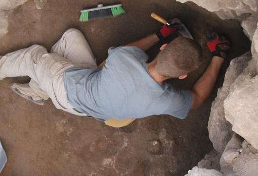 Uno de los arqueólogos, en pleno trabajo