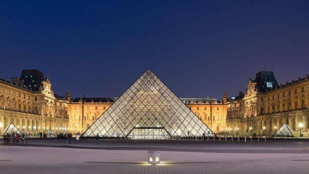 El Museo del Louvre por la noche, con la Pirámide en el centro del patio
