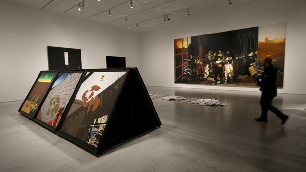En primer plano, «Paredón», de Equipo Crónica. Al fondo, «Ronda de noche con porras», de Eduardo Arroyo