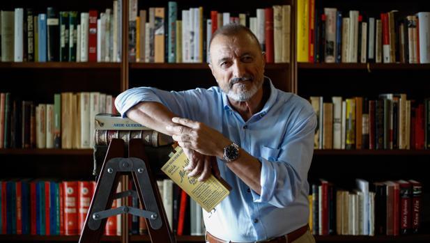El popular escritor, en su casa