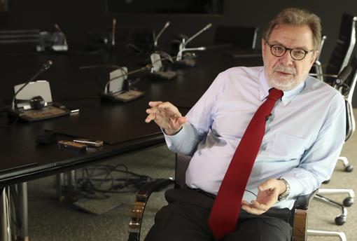 Juan Luis Cebrián, otro académico cuyo nombre se cita como candidato