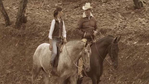 Lea Vicens y Bertín Osborne, a caballo en «Yo debí enamorarme de tu madre»