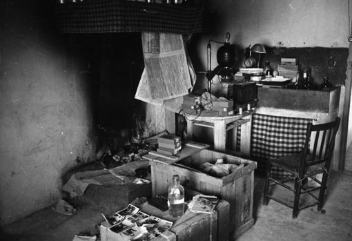 Improvisado laboratorio de revelado de Sebastián Taberna en la cocinilla de una casa en el frente de Guadalajara