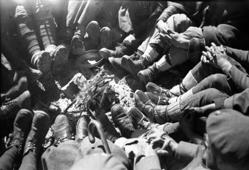 Requetés del Tercio del Rey precariamente calzados «al calor» del fuego en el puerto de Navafría en octubre de 1936