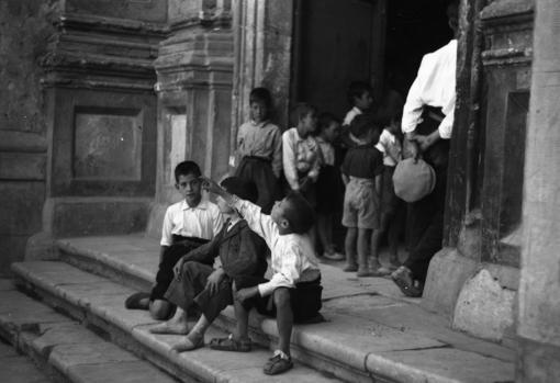 Unos niños en la escalinata de la iglesia de San Juan Bautista de Jadraque en 1937