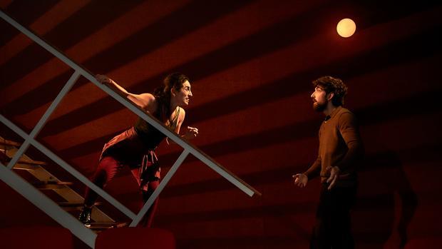 Paula Iwasaki y Daniel Alonso de Santos, en una escena de «La dama boba»