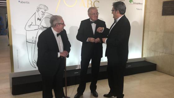 Invitados junto al director general de comunicación y relaciones institucionales de Vocento, Óscar Campillo