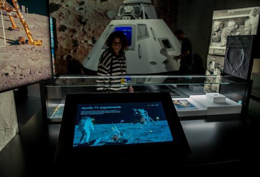 El viaje del Apolo XI centra la primera parte de la exposición