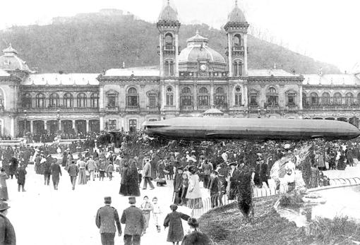 En 1914, en plena Gran Guerra, ABC publicó la imagen de un zepelín frente al Casino de San Sebastián