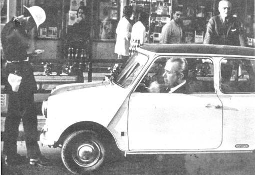 Fotomontaje que protagonizó la portada de ABC en 1971: Arias Navarro, multado por un Policía municipal