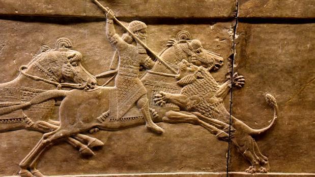 Relieve en el que Asurbanipal mata a un león (645-635 a.C.)