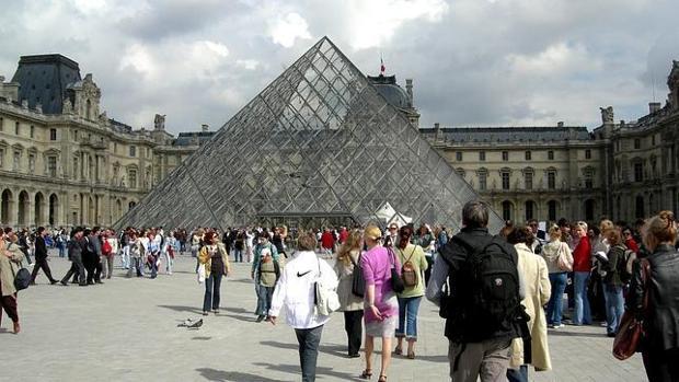 El Museo del Louvre, en París, recibe visitantes llegados de todos los rincones del mundo