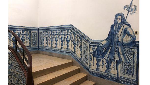 Una de las escaleras del monasterio, cuyas paredes están cubiertas con valiosos azulejos