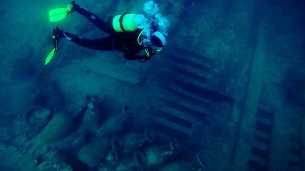 Un arqueólogo pasa sobre la trinchera de 6 metros excavada en el centro de la nave