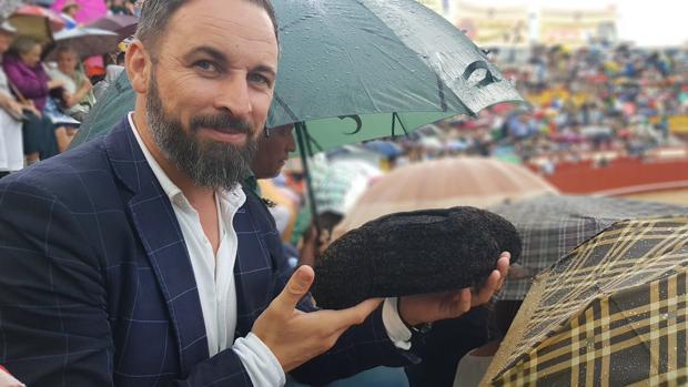 Santiago Abascal, con la montera de Morante tras un brindis