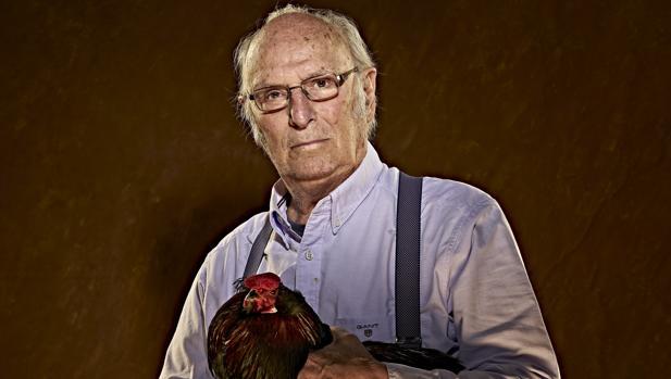 Carlos Saura, con uno de los «protagonistas» de la obra: el gallo