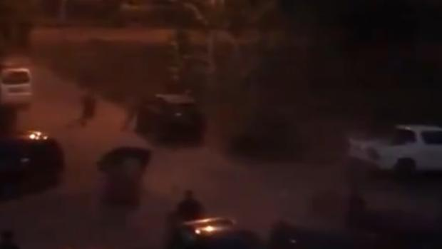 El toro, en el aparcamiento de la plaza, con la noche encima