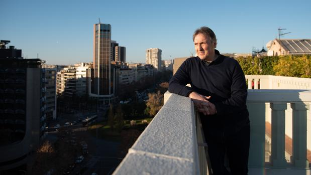 Carlos Zanón, fotografiado en la terraza de un hotel de la Diagonal de Barcelona