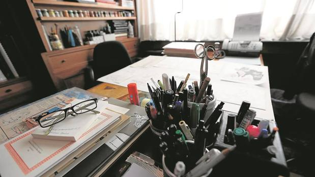Mesa del estudio del dibujante y académico