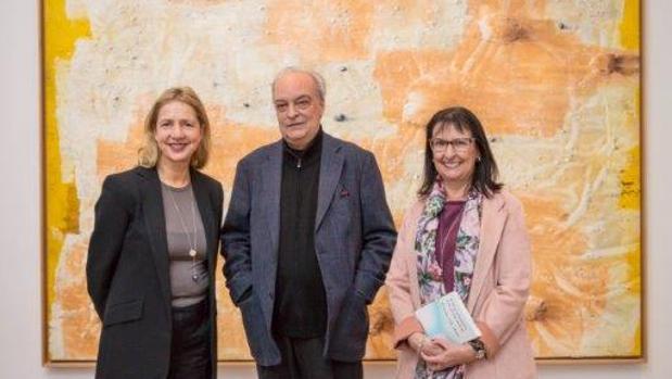 De izquierda a derecha, la directora de la Whitechapel Gallery, Iwona Blazwick; el escritor Enrique Vila-Matas, y la directora general de la Fundación Bancaria «la Caixa», Elisa Durán