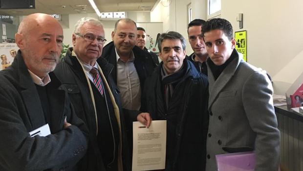 Momento previo a la entrega del documento en el Ayuntamiento de Olot