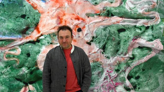 Miquel Barceló, con una de sus obras en la galería Elvira González de Madrid