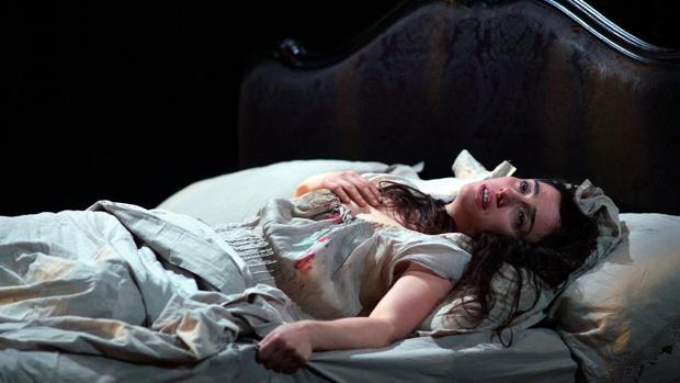 La soprano Ermoneja Jaho agoniza como Violetta en el final de «La traviata»