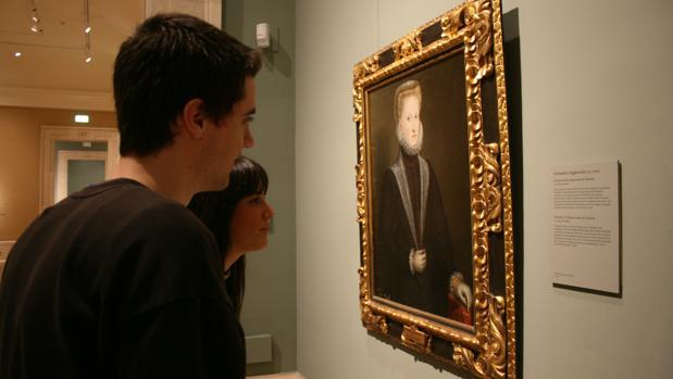 Visitantes contemplando el retrato de Ana de Austria de Sofonisba Anguissola en el Museo del Prado