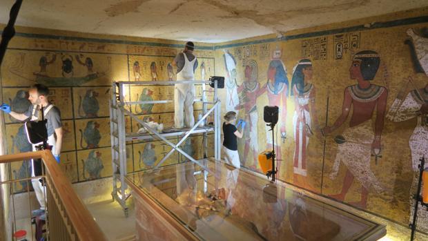 Unos restauradores trabajan en la tumba de Tutankamón