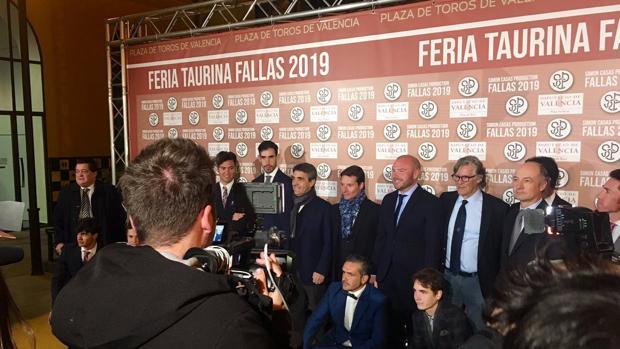 Foto de familia en la presentación de la Feria de Fallas