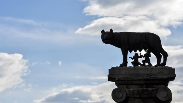 La loba Capitolina, amamantando a Rómulo y Remo, fundadores de la ciudad eterna