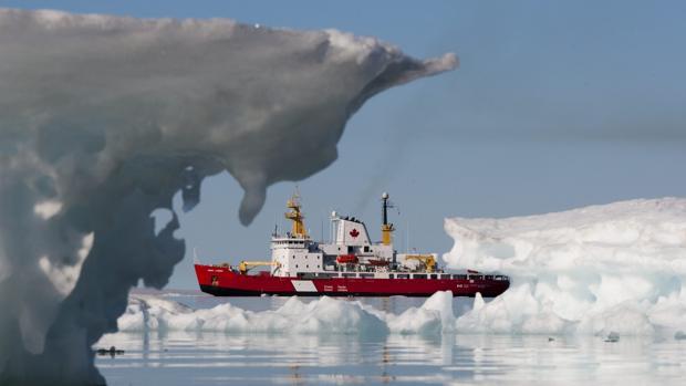 Guardacostas canadiense en la región de Nunavut, en el Ártico