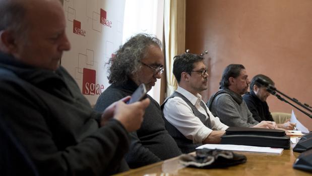 Hevia, en el centro, con chaleco, con los vicepresidentes de la SGAE