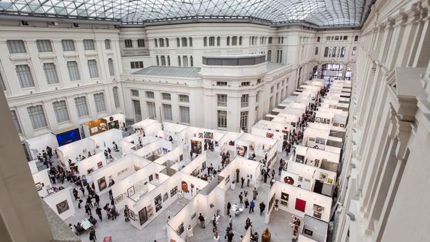 A la izquierda, vista de la edición del pasado año de ArtMadrid, en CentroCentro Cibeles como sede desde 2014