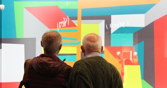 Una pareja observa la obra «Distorsio» de Beatriz Olano
