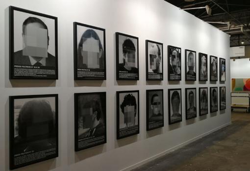 Santiago Sierra colgó en 2018, en el estand de Helga de Alvear, su particular galería de «presos políticos»