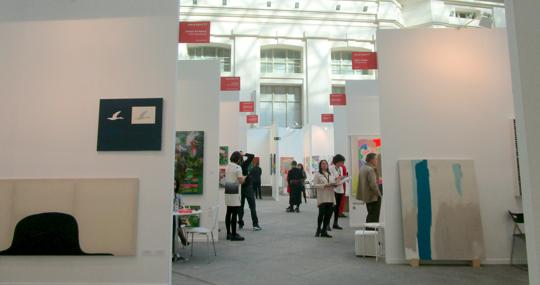 Vista de algunos estands presentes en la feria de arte contemporáneo Art Madrid