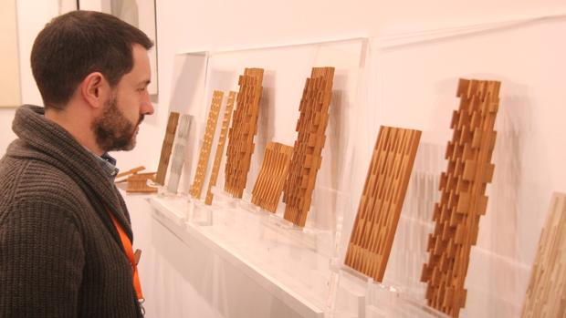 El galerista de José de la Mano contempla las esculturas de José M. Labra