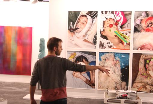 El artista Rafael Munarriz en el estand de Pelaires